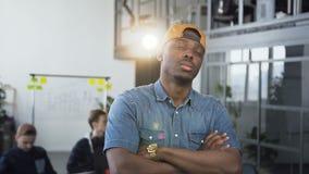Портрет красивого черного Афро-американского творческого положения бизнесмена в офисе и смотреть прямо на камере видеоматериал