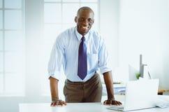 Портрет красивого черного бизнесмена стоя в офисе Стоковые Фотографии RF