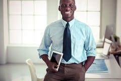Портрет красивого черного бизнесмена стоя в офисе Стоковое Изображение RF