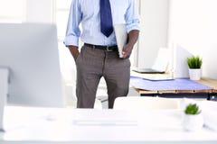 Портрет красивого черного бизнесмена стоя в офисе Стоковые Изображения RF