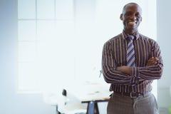 Портрет красивого черного бизнесмена стоя в офисе Стоковая Фотография
