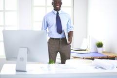 Портрет красивого черного бизнесмена стоя в офисе Стоковая Фотография RF