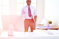 Портрет красивого черного бизнесмена стоя в офисе Стоковое фото RF