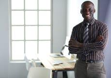 Портрет красивого черного бизнесмена стоя в офисе Стоковые Фото
