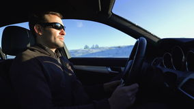 Портрет красивого человека в автомобиле в зиме сток-видео