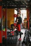 Портрет красивого человека в спортзале фитнеса Стоковые Фото