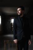 Портрет красивого человека в черном костюме Стоковое Изображение RF