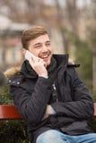 Портрет красивого человека говоря на телефоне Стоковое Фото