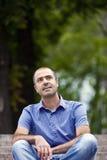 Портрет красивого человека одел в вскользь одеждах Стоковое Изображение