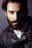 Портрет красивого человека с бородой стоковая фотография