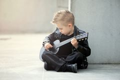 Портрет красивого, чувствительного, унылого мальчика в кожаной куртке и iroquois стрижки Стоковая Фотография RF