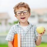 Портрет красивого школьника смотря очень счастливый outdoors на стоковая фотография rf