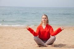 Портрет красивого Yogi женщины на пляже стоковое фото