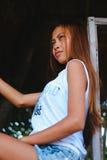 Портрет красивой азиатской девушки представляя на доме на дереве Стоковое Изображение RF