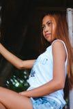 Портрет красивой азиатской девушки представляя на доме на дереве Стоковая Фотография RF
