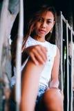 Портрет красивой азиатской девушки представляя на доме на дереве Стоковые Фото
