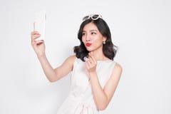 Портрет красивой азиатской модной девушки принимая selfie Стоковые Изображения RF