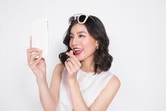 Портрет красивой азиатской модной девушки принимая selfie Стоковые Фотографии RF