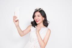 Портрет красивой азиатской модной девушки принимая selfie Стоковое Изображение