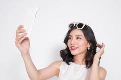 Портрет красивой азиатской модной девушки принимая selfie Стоковая Фотография