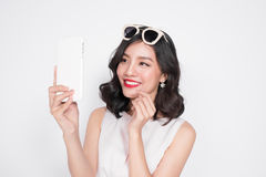 Портрет красивой азиатской модной девушки принимая selfie Стоковая Фотография RF