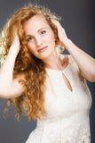 Портрет красивой дамы на сером цвете Стоковые Фотографии RF