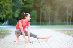 Портрет красивой атлетической женщины в бюстгальтере спорта делая abdom Стоковые Фотографии RF