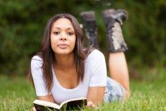 Портрет красивой африканской молодой женщины outdoors стоковое изображение