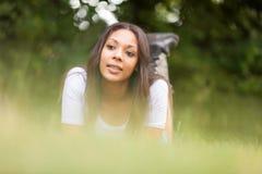 Портрет красивой африканской молодой женщины outdoors стоковые фото