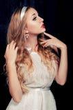 Портрет красивой балерины который представляя против темного backgr Стоковое Изображение