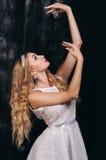Портрет красивой балерины который представляя против темного backgr Стоковые Изображения