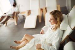 Портрет красивой белокурой женщины ослабляя на стуле Стоковые Изображения RF