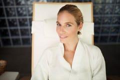 Портрет красивой белокурой женщины ослабляя на стуле Стоковое Изображение