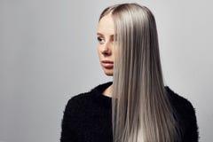 Портрет красивой белокурой женщины с волосатой курткой стоковое фото rf