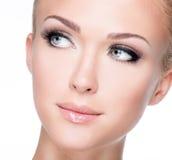 Портрет красивой белой женщины с длинними ложными ресницами Стоковое Фото