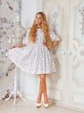 Портрет красивой белокурой девушки в точках польки одевает Стоковые Фото