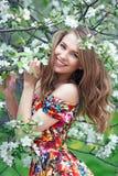 Портрет красивой белокурой девушки в цветах Стоковые Изображения RF
