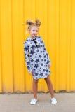 Портрет красивой белокурой девушки на желтой предпосылке Стоковые Изображения