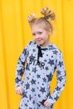 Портрет красивой белокурой девушки на желтой предпосылке Стоковые Изображения RF