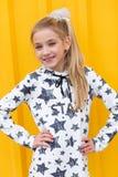 Портрет красивой белокурой девушки на желтой предпосылке Стоковая Фотография