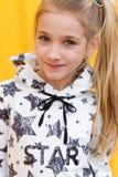 Портрет красивой белокурой девушки на желтой предпосылке Стоковое Фото