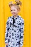 Портрет красивой белокурой девушки на желтой предпосылке Стоковая Фотография RF
