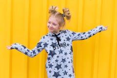 Портрет красивой белокурой девушки на желтой предпосылке Стоковые Фото