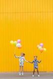Портрет красивой белокурой девушки на желтой предпосылке Стоковые Фотографии RF