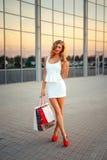 Портрет красивой белокурой девушки с покупками Стоковое Изображение RF