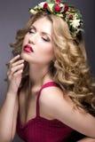Портрет красивой белокурой девушки с скручиваемостями и венка фиолетовых цветков на ее голове Сторона красотки Стоковые Изображения