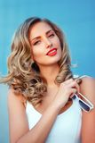 Портрет красивой белокурой девушки с shite Стоковое фото RF