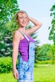 Портрет красивой белокурой женщины в парке Стоковая Фотография