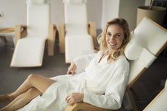 Портрет красивой белокурой женщины ослабляя на стуле Стоковое фото RF