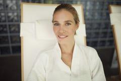 Портрет красивой белокурой женщины ослабляя на стуле Стоковые Фотографии RF